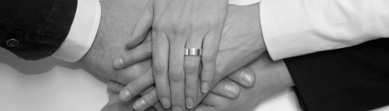 Fünf verschiedene Hände von Userfriend übereinander dargestellt, als Symbol für den Teamgeist bei Userfriend Usability Agentur, auf userfriend.de