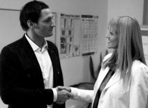 """Zwei Personen, ein Mann und User Research Expertin Britta Litzenberg geben sich die Hand. Als Symbol für """"gute Zusammenarbeit"""", von Userfriend Usability Agentur, auf userfriend.de"""
