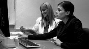 Usability-Test-Beispiel, mit zwei Frauen, einer UX Expertin Britta Litzenberg und einer Testerin, an einen Schreibtisch vor einem Computer, in einem Usability-Test UX Test, von Userfriend Usability Agentur, auf userfriend.de