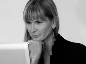 UX-Test-Beispiel, mit einer Frau in einer Denker Pose, das Kinn auf die Faust gestützt. Von Userfriend Usability Agentur, auf userfriend.de