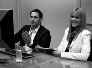 Usability-Test-Beispiel, mit einem Mann und einer Frau, nebeneinander an einem Schreibtisch vor einem PC sitzen. Usability Expertin Britta Litzenberg im Dialog mit dem Probanden. Von Userfriend Usability Agentur, auf userfriend.de