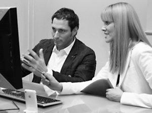 Ein Foto von zwei Menschen, einem UX Experten Britta Litzenberg und einem Tester, im Usability-Test Ux Test Phase im Dialog zur Bedürfnis Identifikation auf userfriend.de