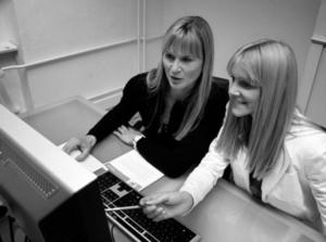 Ein Foto als Usability-Test-Beispiel, mit zwei Frauen, einer UX Expertin Britta Litzenberg und einer Testerin, an einen Schreibtisch vor einem Computer, in einem Usability-Test UX Test, von Userfriend Usability Agentur, auf userfriend.de